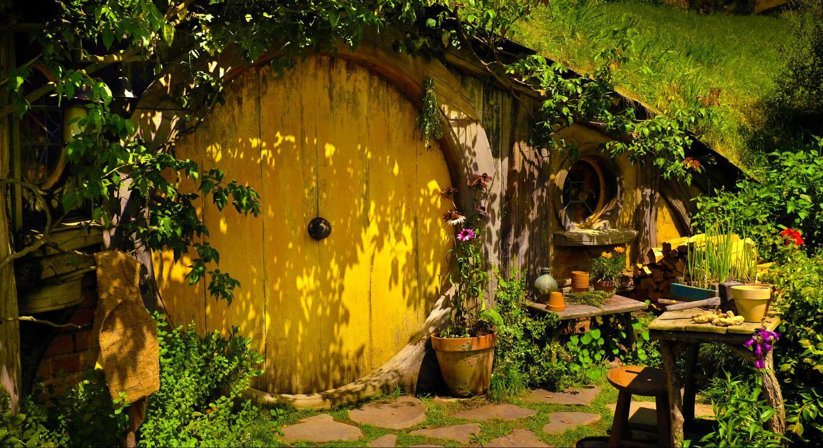 霍比特人小屋的黄色圆门